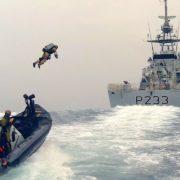 Obrázek: Královské námořnictvo otestovalo raketový batoh pro obsazování lodí