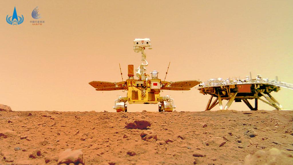 Obrázek: Čínské selfie z Marsu: Vozítko položilo na povrch kameru a zachytilo historické foto