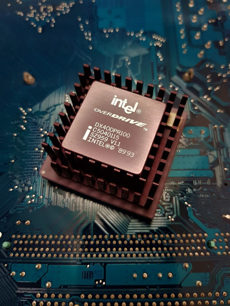 Obrázek: Unavený gigant ve válce sám se sebou. Dokáže Intel znovu dobýt svět?