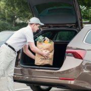 Obrázek: Doručení balíčku do kufru auta: Škoda dala zaparkovaným autům novou funkci