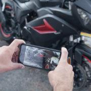 Obrázek: Vibrace motocyklu dokáží zničit fotoaparát nejen u iPhonů. Jak mobil ochránit?